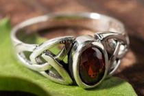 Keltischer Damen Ring ~ MYTHIA ~ Liebesknoten - Roter Kristall - Silber - Windalf.de