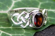 Keltischer Ring ~ IDÂNA ~ Dunkelroter Kristall - Silber - Windalf.de