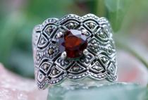 Breiter Mittelalter Ring ~ DÂNA ~ h: 1.7 cm - Roter Kristall - Silber - Windalf.de