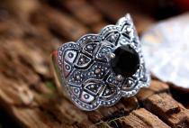 Breiter Mittelalter Ring ~ DÂNA ~ h: 1.7 cm - Schwarzer Kristall - Silber - Windalf.de