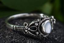 Zarter Glücks Ring ~ ROXIA ~ 9 mm - Perlmutt Elbenring - Vintage Silber - Windalf.de