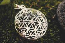 Harmony Anhänger ~ LOREEN ~ Ø 2.7 cm - Blume des Lebens - Mit weißen Steinen - Silber - Windalf.de